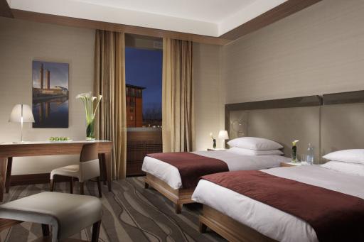 Die neuen Zimmer des Grand Hotel Europa in Innsbruck begeistern durch warme und elegante Farbtöne, die das moderne und klare Design des italienischen Architekten Dott. Raniero Botti unterstreichen. Die angenehme Lichtgestaltung mit zusätzlicher Leselampe am Bett sorgt für ein besonders entspannendes Raumgefühl.