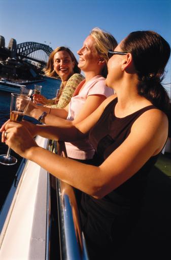 Fröhliche Damen-Runde bei einer Sydney-Hafenrundfahrt