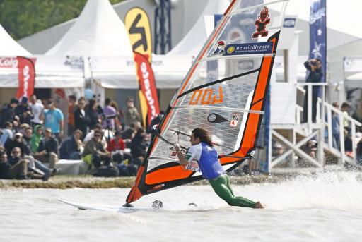 Der Franzose Nicolas Akgazciyan sicherte sich, zum zweiten Mal nach 2007, den ersten Platz beim DWARF8 Surf Worldcup in Podersdorf