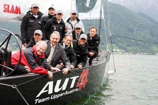 Das RC44-Team Oberösterreich segelt derzeit mit den weltbesten Hochsee-Profis am Traunsee. Zur Bootstaufe mit an Bord (vorne links):Mag. Karl Pramendorfer (Vorstand OÖ. Tourismus), Steuermann René Mangold, LR Viktor Sigl und das Team RC44-Oberösterreich.