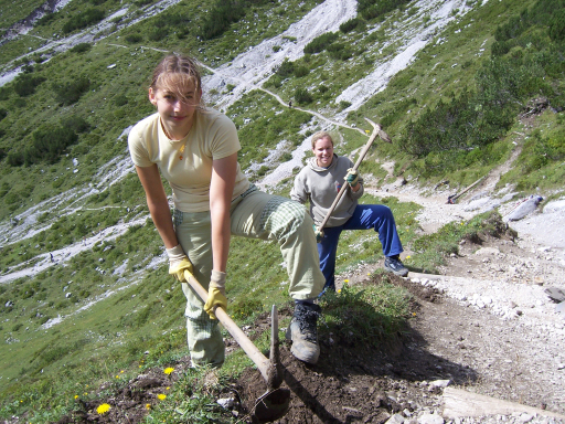 Die Alpenvereinsjugend lädt Kurzentschlossene ein, bei ihren Umwelteinsätzen in Naturparks und auf Almen mitzumachen.