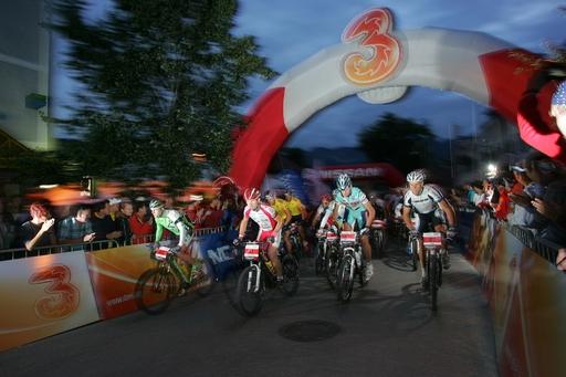 Schon um fünf Uhr früh erfolgt der Start für die Extremstrecke auf dem Marktplatz in Bad Goisern.