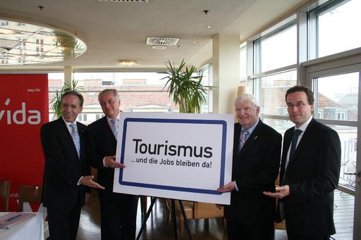 v.l.n.r.: vida-Vorsitzender Rudolf Kaske; Bundesminister Rudolf Hundstorfer; Obmann der Tourismussparte in der WKÖ, Hans Schenner; AMS-Vorstand Johannes Kopf.