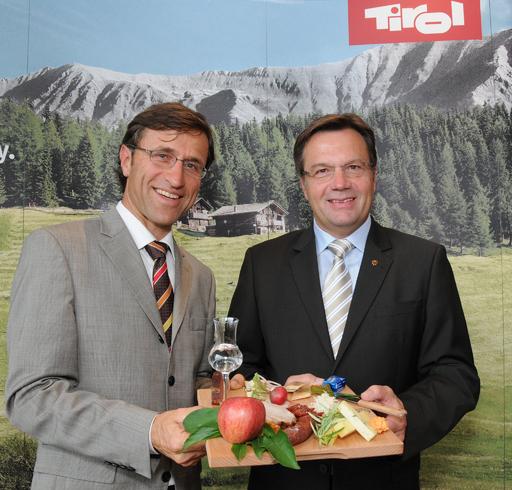 """LH Günther Platter und Josef Margreiter probieren die """"Tiroler Marend"""", die beim Tiroler Tourismusforum am 25. Juni erstmals offiziell präsentiert wird."""