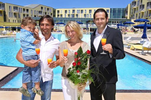 v.l.n.r.: Marco, Martina und Sohn Luca Matteo mit dem Resident Manager des neuen Familienhotels, Georg Unterkircher