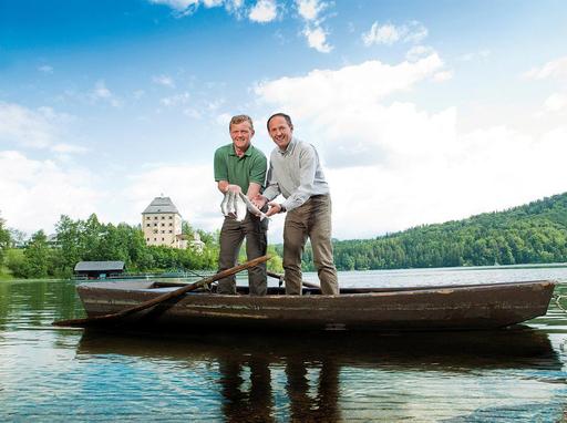 von links: Gerhard Langmaier (Landesfischermeister) und Leo Bauernberger (GF SLTG) mit der Salzkammergut Reinanke