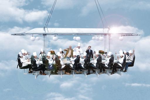 """Ganz schön abgehoben: Ein Tisch, ein Kran, 16 Stahlseile, 22 Personen, 50 Meter Höhe - das ist """"Dinner in the Sky"""". Das schwebende Restaurant geht erstmals von 10. bis 12. Juli '09 über Wien in die Luft. Der Erlebnisvermittler MYDAYS macht magische Momente für Schwindelfreie möglich"""