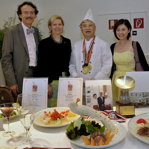 KommR Ing. Josef Bitzinger (Obmann der Sparte Tourismus und Freizeitwirtschaft), KommR Brigitte Jank (Präsidentin Wirtschaftskammer Wien), Zhang Guozhu (Chefkoch der ersten Sonderklasse der chinesischen Küche) und seine Tochter vor den berühmten chinesischen Obst- und Gemüseschnitzereien.