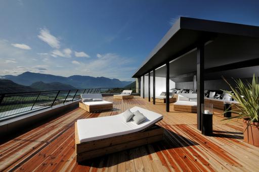 Lifestyle, Design, mediterranes Flair & Südtiroler Lebensart. Im neuen 4-Sterne Lifestyle- & Designhotel GIUS LA RESIDENZA**** genießen anspruchsvolle Gäste den Komfort eines 4-Sterne-Designhotels und die maximale Freiheit einer privaten Residenz in exklusiven Studio-Suiten.