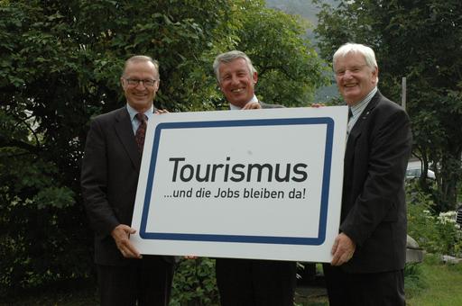 von links nach rechts: Bgm. Ludwig Muxel (Bürgermeister der Gemeinde Lech); Bgm. Helmut Mödlhammer (Präsident des Österreichischen Gemeindebundes); KommR. Hans Schenner (Spartenobmann Tourismus Wirtschaftskammer Österreich)