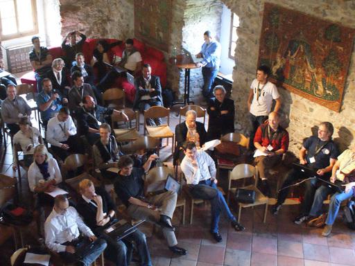 100 Köpfe, eine internationale Branche: Diskussion über den Stand im Social Web beim castlecamp 2.0 zwischen E-Touristikern auf Burg Kaprun