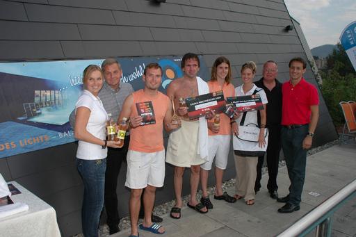 vlnr: BGM Straner, Holger Rieß (3. Platz), Sauna-Weltmeister Hubert Luckner, Benjamin Gauder (2. Platz), Tourismusdirektor Rudi Fußi und Thermendirektor HC Schautzer mit Carpe Diem Promotiongirls.