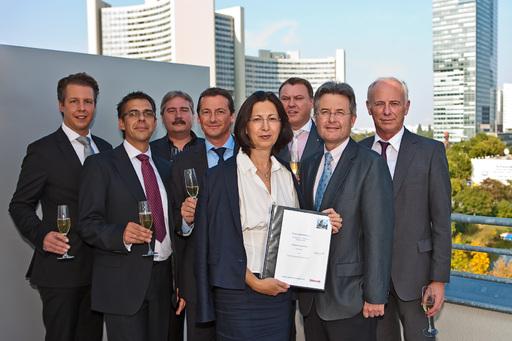 Dr. Renate Wimmer ARCOTEL Eigentümerin und Manfred Mayer Vorstand der ARCOTEL Hotel AG (rechts hinter ihr) feiern zusammen mit Repräsentanten der STRABAG Real Estate die Vertragsunterzeichnung für das ARCOTEL Onyx Hamburg.