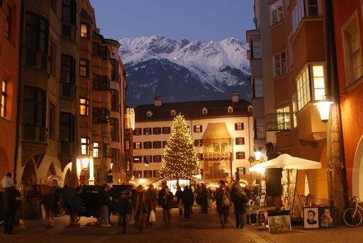 Bild zu TP/OTS - Bergweihnacht von ihrer schönsten Seite: In Innsbruck glitzern Weihnachtsbaum und Goldenes Dachl adventlich-festlich - die verschneite Nordkette thront im Hintergrund