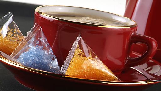 10 mit Lebensmittelfarbe eingefärbte Zuckersorten (Schwarz, Violett, Dunkelblau, Türkis, Rot, Rosa, Purple, Grün, Orange, Gelb) bringen Farbe auf den Tisch und an die Kaffeetasse. Gold- und Silberzucker veredeln jede Feier.