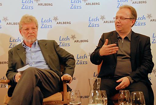 Standard-Herausgeber Oscar Bronner (links) warnte, dass bisherige Qualitätsmodelle in Zukunft möglicherweise nicht mehr finanzierbar wären. Hermann Petz (rechts), Vorstandsvorsitzender der Moser Holding, bekannte sich zum Qualitätsjournalismus, um den Menschen Orientierung in einer zunehmend komplizierteren Welt anzubieten.