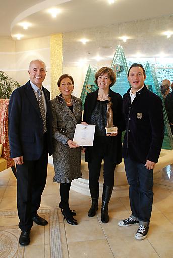 Höchste Qualität zeichnet den Best Performer aus. Diese hohe Auszeichnung der Best Wellness Hotels Austria holte sich 2009 das Sporthotel Stock in Finkenberg. Personen v.l.n.r.:Josef und Barbara Stock, Michaela Thaler, Daniel Stock.