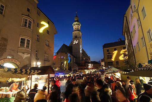 Die Adventbeleuchtung, ein Mix aus Sternen und Symbolen, taucht die Stadt Hall in Tirol in ein Licht der Vorfreude.