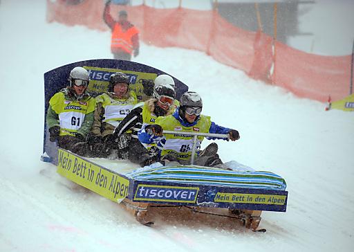 Ein Bett im Schneefeld und drei weitere Funsport-Wettkämpfe sorgten für jede Menge Fun und einen spektakulären Auftakt der Tiscover ALPEN CHALLENGE.