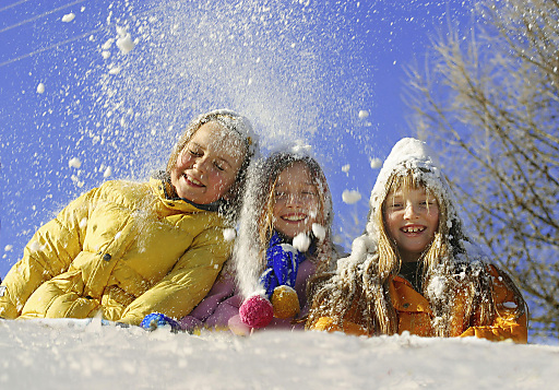 """Die drei Schneezwerge freuen sich wie """"Könige"""" über den Winter."""