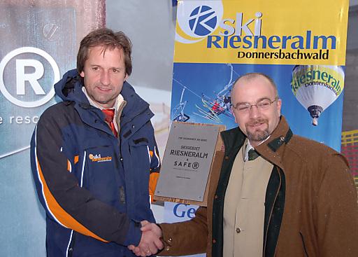 Gemeinsam zum Wohle der Wintersportler - Riesneralm GF Erwin Petz u. Alpgarant GF Alexander Bauer