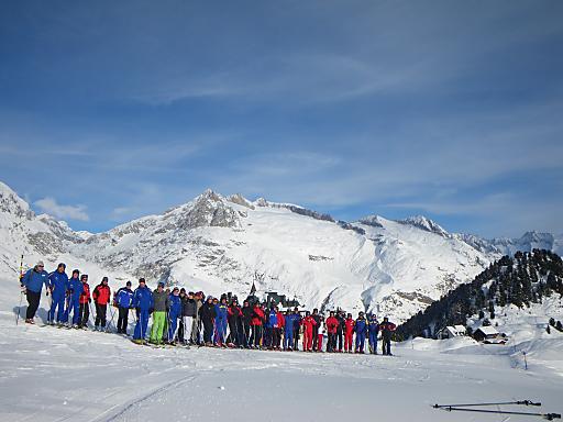 43 begeisterte Spitzenvertreter der heimischen Seilbahnunternehmen erhielten bei der heurigen Ski-Fachexkursion der con.os tourismus.consulting gmbh zu TOP-Destinationen des Schweizer Wallis zahlreiche wertvolle Erkenntnisse für die eigene Entwicklungsstrategie, Angebots- und Dienstleistungsqualität, Marketing sowie die Sichtweise des Gastes.