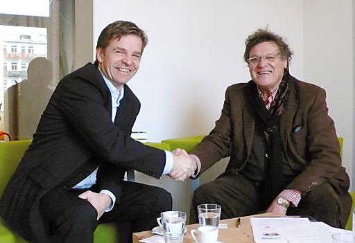Mag. Christian Moser, Geschäftsführer von SOS-Kinderdorf und Dipl.-Ing Othmar Kronthaler, Geschäftsführer Skiliftgesellschaft Hochfügen bei der Vertragsunterzeichnung im Dezember 2009. (v.l.n.r)