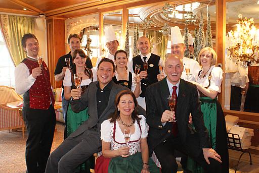 Familie Stock freut sich mit ihren Abteilungsleitern über die Auszeichnung vom Deutschen Wellness Verband.