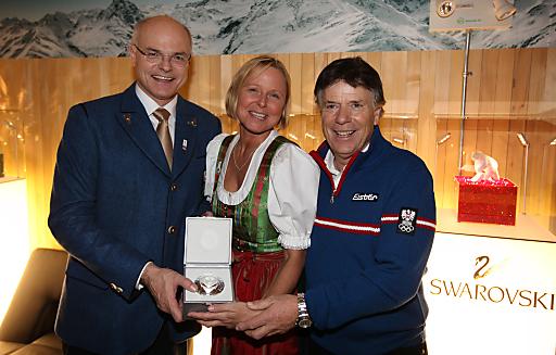 ÖOC Präsident Dr. Karl Stoss und ÖOC Vizepräsident Prof. Peter Schröcksnadel überreichen ÖW-Geschäftsführerin Dr. Petra Stolba einen eigens für die Olympiade produzierten Swarovski Kristall.