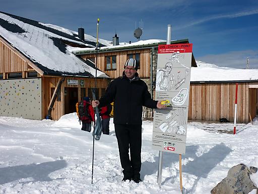 Anton Steixner mit LVS-Gerät und Lawinensonde vor dem LVS-Checkpoint Lizumerhütte.