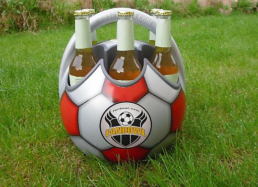 Dank der Fanbowl kann künftig jeder Fußball-Fan seine Getränke im stilechten 6er-Träger transportieren und gleichzeitig seine Lieblingsmannschaft in der Öffentlichkeit präsentieren.