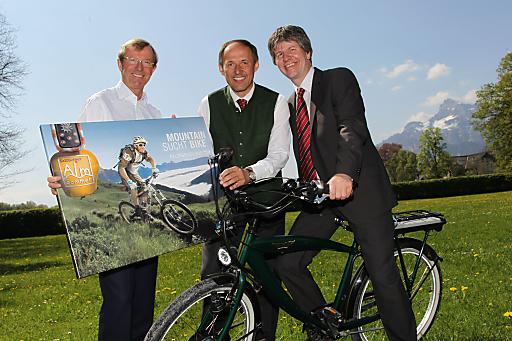 Im Rad- & Bikeparadies SalzburgerLand finden im Sommer 2010 zahlreiche spannende Events, wie etwa der UCI Mountain Bike Weltcup in Leogang, statt..Im Bild v.l.n.r.: LH-Stv. Dr. Wilfried Haslauer, Leo Bauernberger (GF SLTG), Peter Donabauer (GF Saalfelden Leogang Touristik).