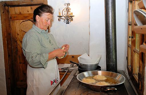 Leni Kaindl bereitet auf der Brentenjochalm ausgezogene Nudeln für die hungrigen Wanderer zu.