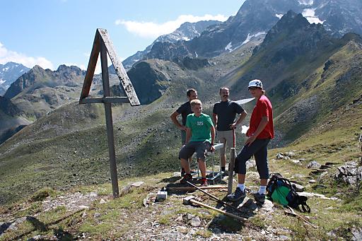 Die Gäste, die in der Zeit vom 19. Juni bis 28. Juni eine Wanderwoche im Hotel Arzlerhof gebucht haben, können auf das Kreuzjoch - auf 2.305m Seehöhe - ein Gipfelkreuz hochtragen und bei der Errichtung selbst Hand anlegen.