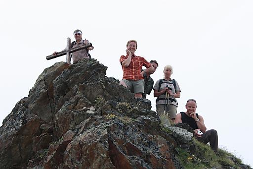 Andrea und Franz Staggl begleiten ihre Gäste seit 10 Jahren als geprüfte Tiroler Bergwanderführer bei vielen Bergwanderungen und wollen sich mit der besonderen Aktion der Gipfelkreuz-Errichtung bei ihren Gästen bedanken.