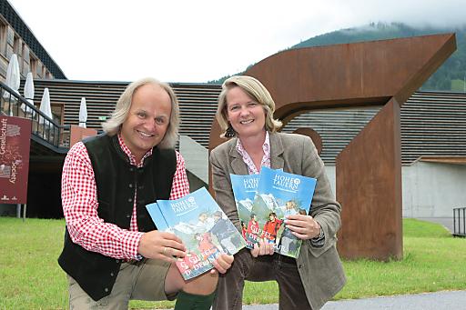 v.r.n.l.: LR Doraja Eberle und Christian Wörister bei der Präsentation des neuen länderübergreifenden Werbemittels Hohe Tauern - Die Nationalparkregion.