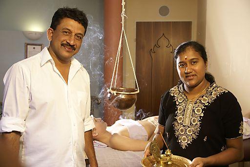 Der Ayurveda-Arzt des Thermenhof Paierl Dr. Giopi Gopakumar (l.) leitet die hoteleigene Ayurveda-Akademie und wird dabei von seiner Kollegin Jyothy Balachandran (r.) unterstützt.