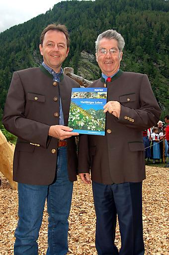 Umweltminister DI Niki Berlakovich und Bundespräsident Dr. Heinz Fischer bei der Präsentaton der neuen Broschüre im Mallnitzer Seebachtal.