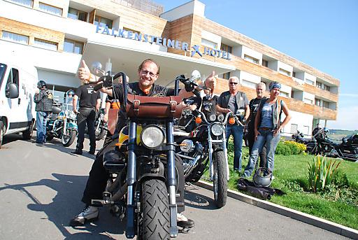 Ferdinand Fischer mit seiner Harley Davidson vor dem Hoteleingang kurz vor der Abfahrt.