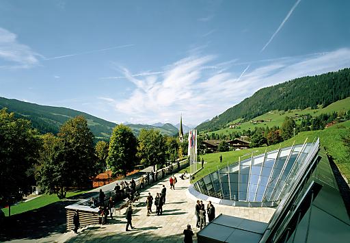 Ansicht Congress Centrum Alpbach mit Dorf.