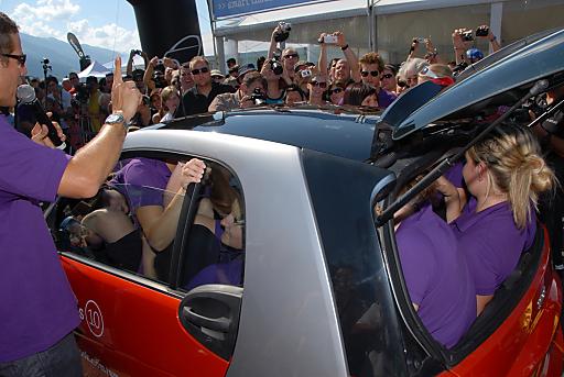 Ganz eng zusammenrücken: 16 Cheerleader aus Innsbruck zwängten sich bei der smart times in Zell am See-Kaprun erfolgreich in einen smart fortwo und brachen damit den Weltrekord.