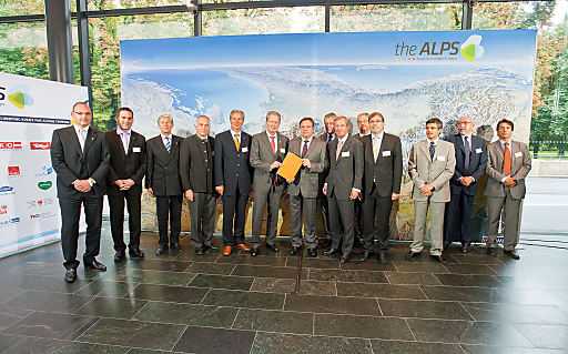 """Mit der Unterzeichnung des """"Innsbrucker Manifestes"""" bekräftigten die für den Tourismus zuständigen Regierungsmitglieder aus Österreich, Südtirol, Italien, Bayern, der Schweiz und Liechtenstein den politischen Willen zur verstärkten Zusammenarbeit in Kernfragen."""