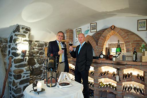 Kultwein-Degustationen - BESSER GEHT'S NICHT - präsentieren Weinjournalist Werner Feldner (links) und Krallerhof-Chef Gerhard Altenberger (rechts) im Krallerhof in Leogang. Werner Feldner ist Journalist (Fachgebiet Betrug mit Kultweinen) und Weinfreak.
