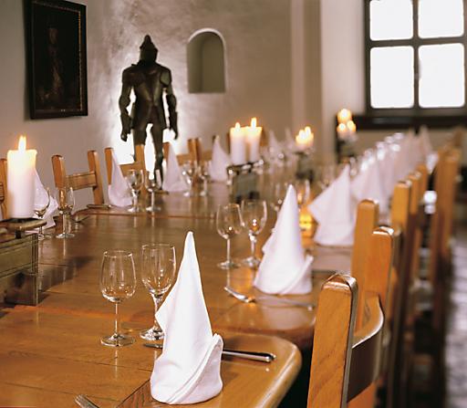 SALZRAUM.Hall begeistert mit charmanten Räumlichkeiten für außergewöhnliche Feiern. Das Fürstenzimmer der Burg Hasegg macht aus einem Event eine Veranstaltung mit Mehrwert.
