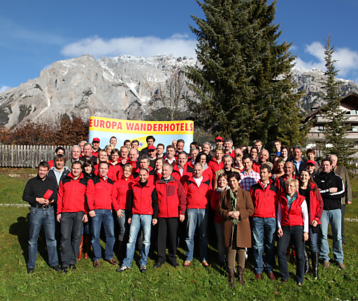 72 Europa Wanderhoteliers aus Österreich, Italien, Schweiz und Deutschland feierten vor der Kulisse des Dachsteins das 15-jährige Bestandsjubiläum.
