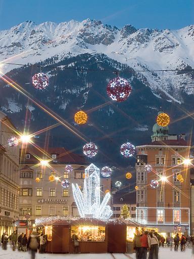 """Innsbrucks Weihnachtswelt - das sind vier Christkindlmärkte vor der prächtigen Nordkette. Hier der """"Kristallzauber"""" auf Innsbrucks Flaniermeile, der neu gestalteten Maria-Theresien-Straße.."""