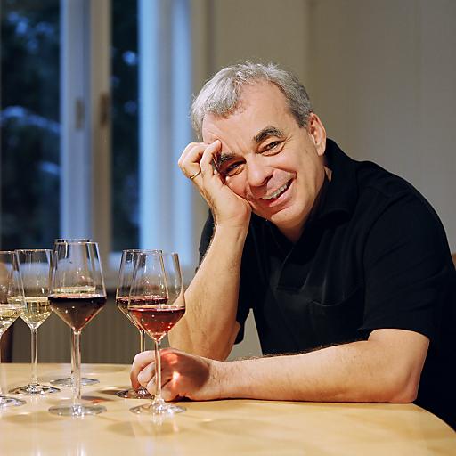 Die erste Wein-Fachhandelskette Österreichs (www.weinco.at) wurde vor 17 Jahren vom Wiener Heinz Kammerer gegründet. Mit mittlerweile 18 Filialen in ganz Österreich, davon 8 mit Weinbar bzw. Restaurant, beschäftigt WEIN & CO derzeit 220 Mitarbeiter. Hinzu kommt ein florierender Internethandel, der zu einem Drittel Kunden aus Deutschland beliefert. Mit 2,5 Mio. Flaschen Wein wurde zuletzt ein Umsatz von 42 Millionen Euro erwirtschaftet.