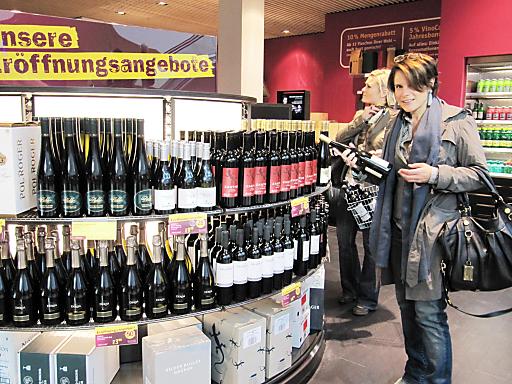 """Rund 2000 verschiedene Weine kann man täglich bis Mitternacht im modernsten aller WEIN & CO Shops auf der Wiener Mariahilferstraße erstehen. Ebenso hat auch das bewährte Konzept """"Wining dining shopping"""" im neuen Flagship Store Gültigkeit."""