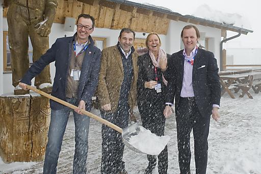 Lukas Scheiber, Boris Nemsic, Petra Stolba und Sepp Schellhorn (v.l.n.r.) freuten sich über den Neuschnee auf der Hohen Mut und auf eine spannende Diskussion beim Tourismusgipfel.