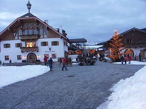Stimmungsvolle Kulisse am Fuße der Bischofsmütze: Der Adventmarkt beim Winterstellgut Annaberg.